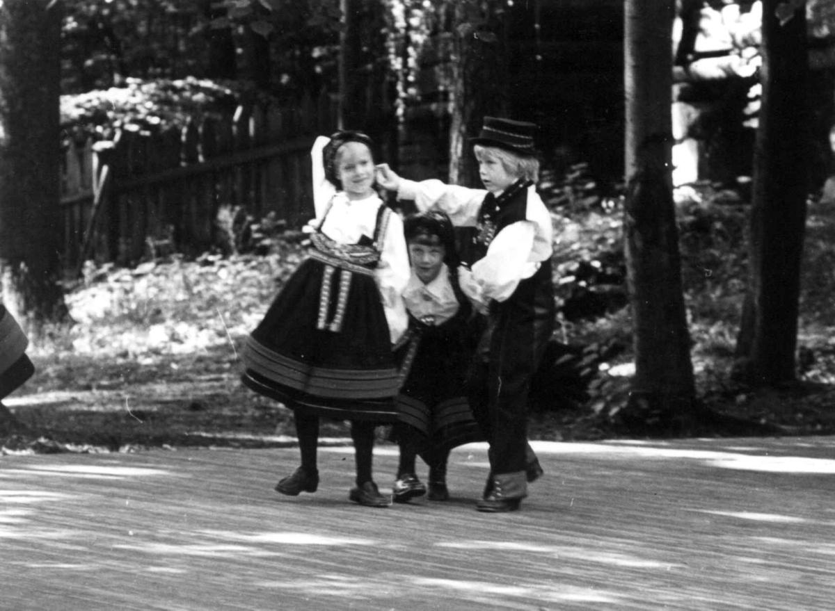 Norsk folkemuseums barneleikaring. Prinsesse Märtha Louise deltar. 9. sept. 1979.