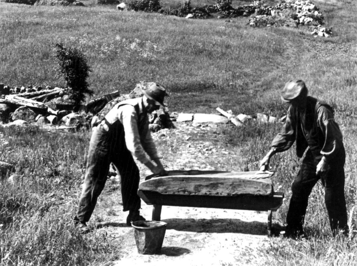 To menn ved en stampe til tøy. Fjotland, Kvinesdal, Vest-Agder 1941.