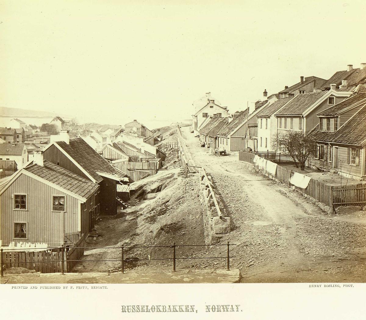 Ruseløkkbakken, Ruseløkka, Oslo. Gateløp med boligbebyggelse på begge sider. Fra serie norske landskapsfotografier tatt av den engelske fotografen Henry Rosling (1828-1911).