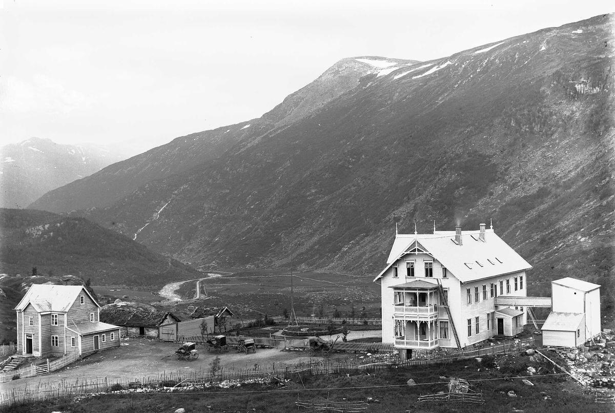 Maristova i Lærdal i Sogn og Fjordane, antakelig. Skyss-stasjon i fjell og dal landskap med bebyggelse.