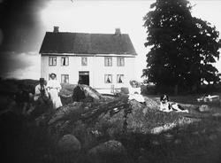 Mennesker og hund foran våningshuset på Gamle Digerud, Frogn