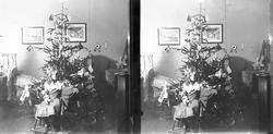 Julefeiring, Karen Q. Wiborg sitter på gyngehest foran julet