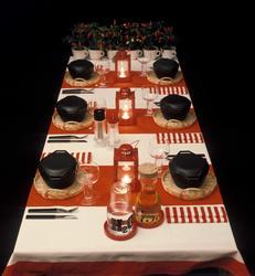 Bord dekket i rødt og hvitt. Nye Bonytt 1975-1.
