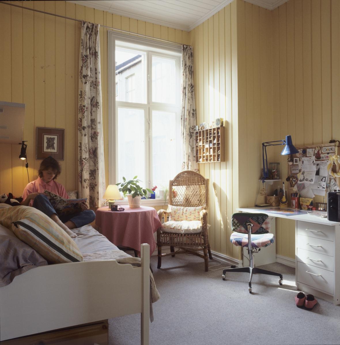Tenåringsrom med seng, skrivebord, bord og stoler. llustrasjonsbilde fra Bonytt 1986.