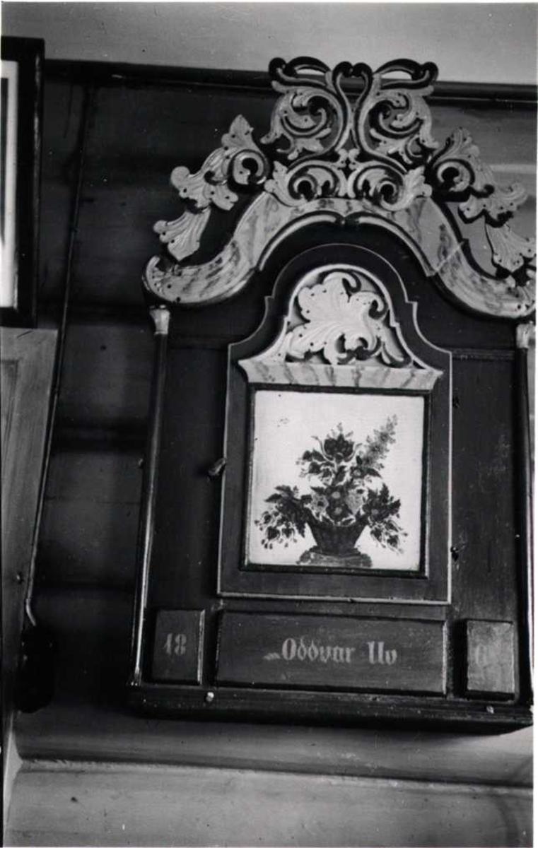 Hengeskap laget av Sjurs-Ån og ant. malt av Johannes S. Ishol, Uv, Lønset, Oppdal, Sør-Trøndelag. Fotografert 1940. Fra album.