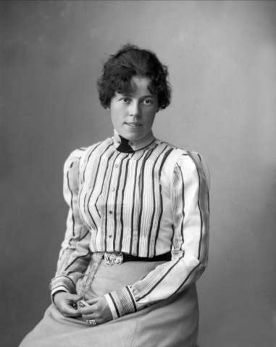 Portrett, kvinne med stripete jakke. Fru direktør Münster.