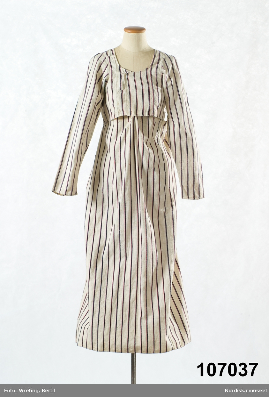"""Huvudliggaren: """"Klänning, kjol och liv, delvis sammanhängande, vit, randig, bomull. 1820-30-talet.""""  Empirmodell med kort liv med lång smal ärm, sammansydd med kjolen endast mitt bak.  Av handvävd halvbomullslärft, med varp av lingarn,  vit med smala glesa tvistränder i mörkblått, mellanblått,  rött och vitt. Mitt fram på kjolen är ränderna något smalare och mörkare, vilket tyder på att den burits med förkläde. 2 fram/sidstycken, det högra skarvat fram med 2 bitar,  ett ryggstycke samt axelstycken, framstyckena går omlott.  Ärmarna har 7 små veck  över kullen, avsmalnande mot handleden.  Kjolen i en hel våd, slät fram och med mycket rynkor i ryggen, sprund saknas. Ryggstycket fodrat med gles grov vit linnelärft.Där liv och kjol är hopsydd vid rynkpartiet i ryggen är 2 vita garnssnodder fästade som ligger omlott och dras genom tunna trådöglor i sidorna för att knytas fram. Hur de hållit ihop kjolen framtill framgår inte. Jfr klänning av kattun 3824 av samma typ, troligen något tidigare, men även denna är sannolikt tidigare än  vad som anges i huvudliggaren. /Berit Eldvik 2011-08-16"""