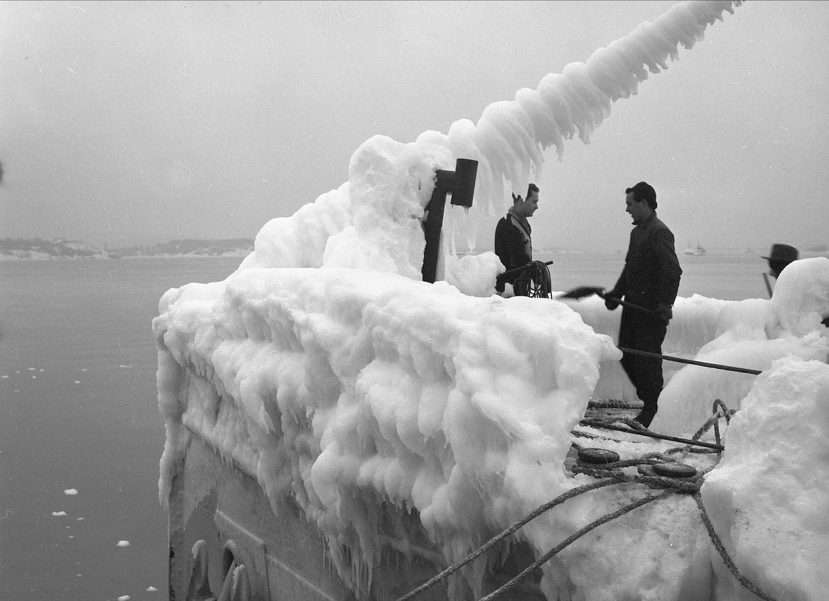 Oslo,  15.02.1956, is på dekk og master på båt ved kai.