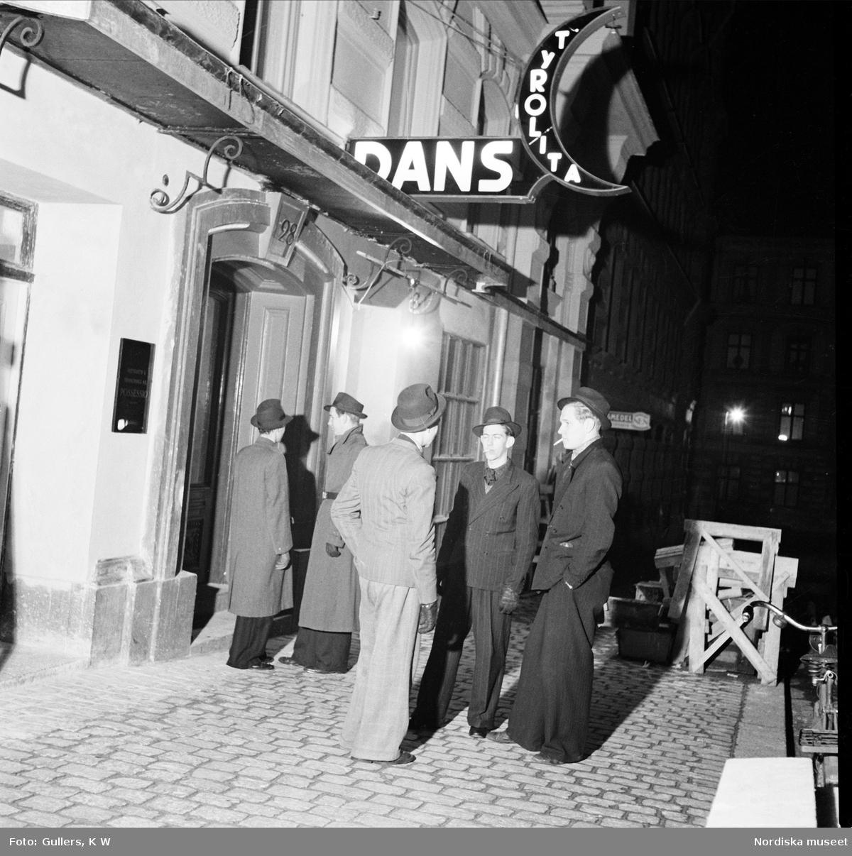 Swingpjattar står utanför dansrestaurang Tyrolita, Stockholm.