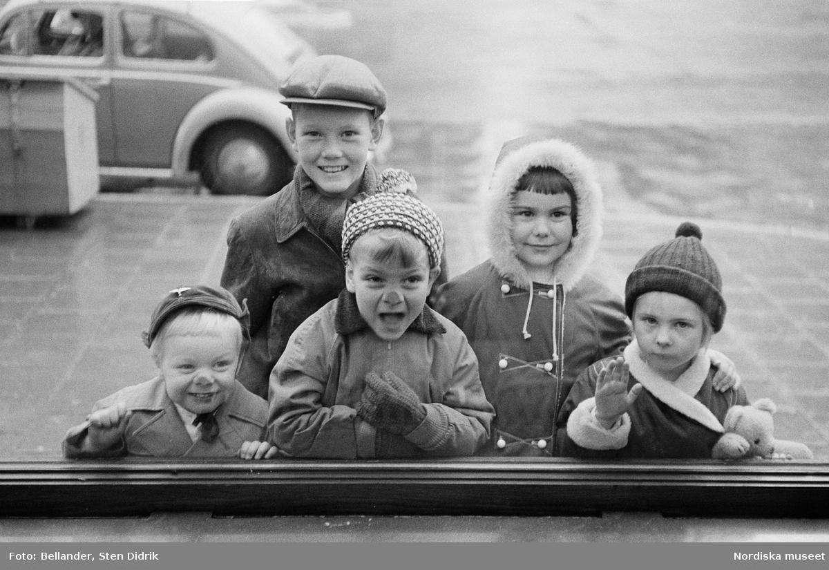 PUB, Stockholm. Barn ser igenom och trycker näsan mot ett skyltfönster.