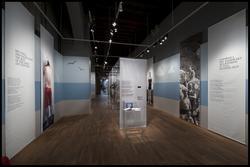 Fotodokumentation av utställningen Män i baddräkt.   Män