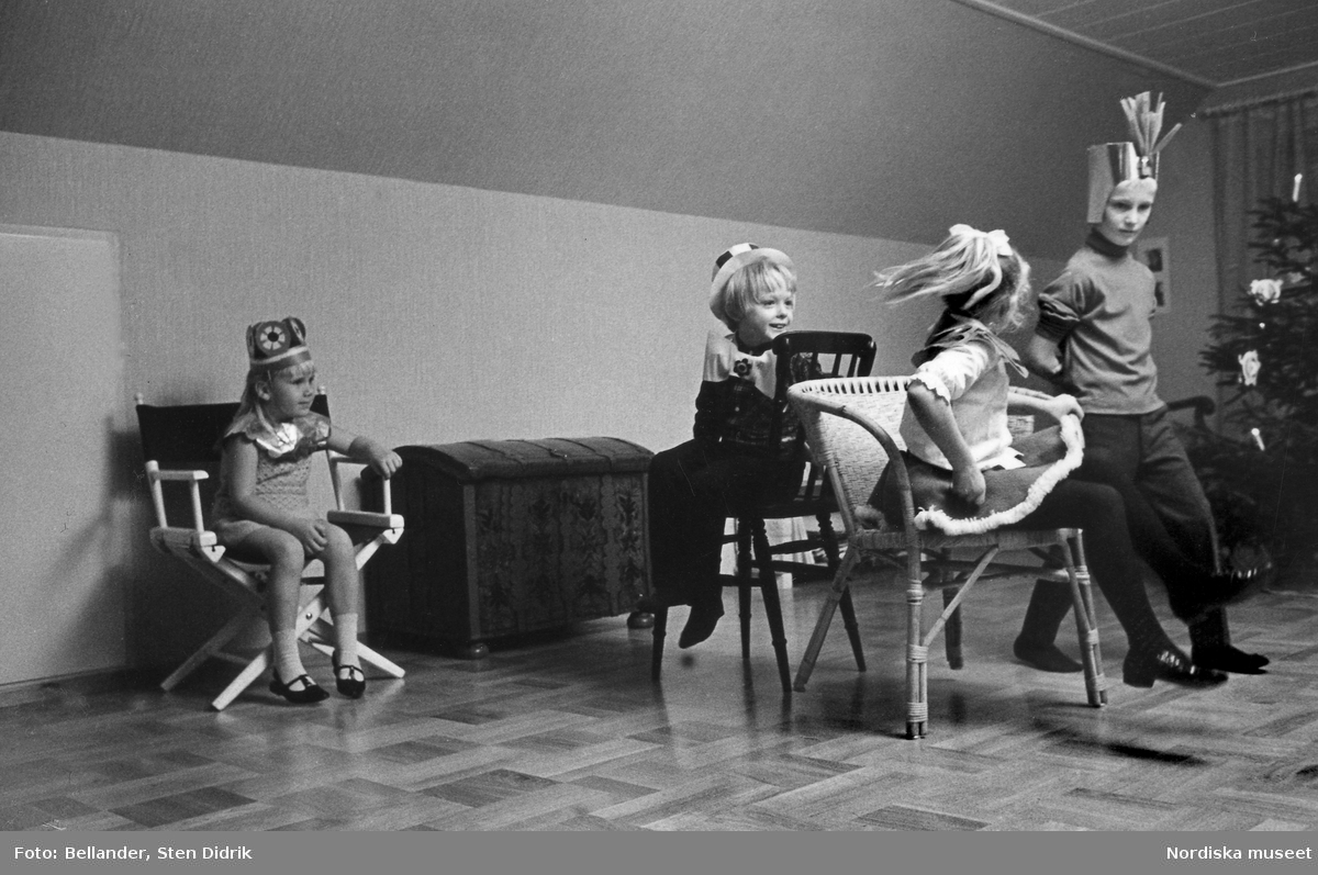"""Barn leker """"hela havet stormar"""" vid julgransplundringskalas."""