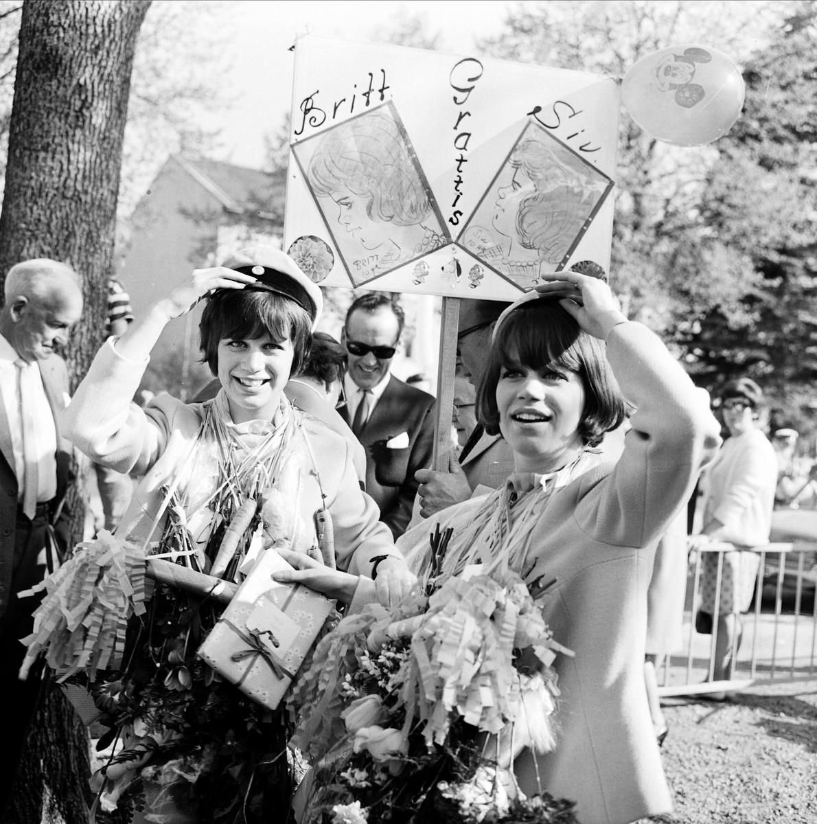 """""""95 nya gråmössor i Tierp fick jublande mottagande"""" - tvillingsystrarna Britt och Siv Jonsson från Söderfors tar realexamen, Tierp, Uppland maj 1967."""
