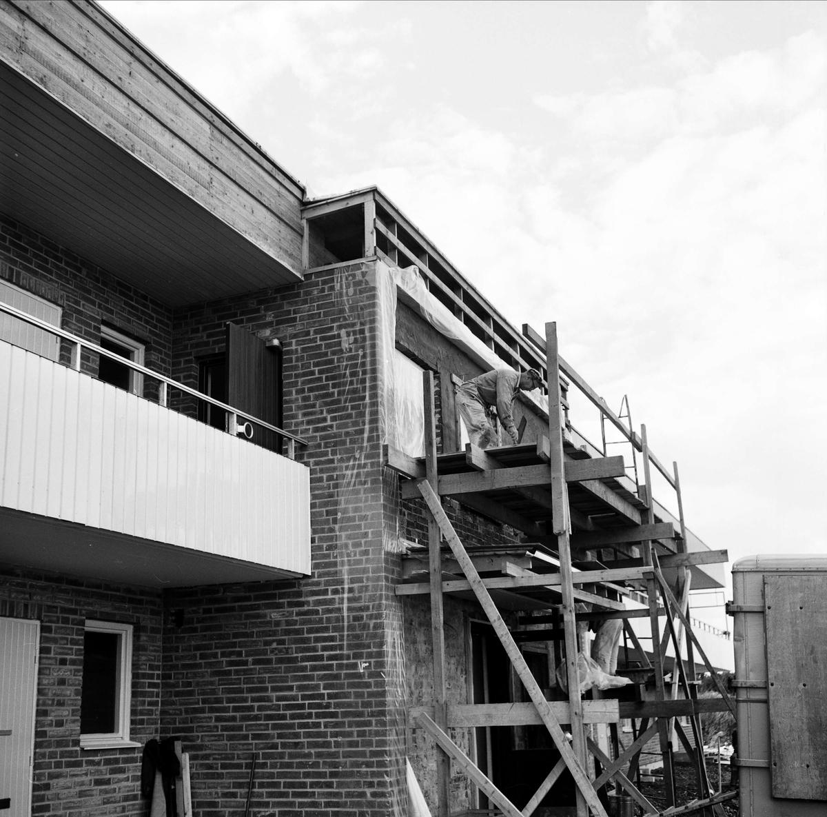 """""""Inflyttning i Bondeparken medan jobbet ännu pågick"""" - Tierp, Uppland september 1967"""