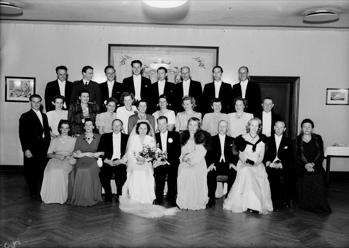 Bröllop - grupporträtt med brudpar, Uppsala 1947