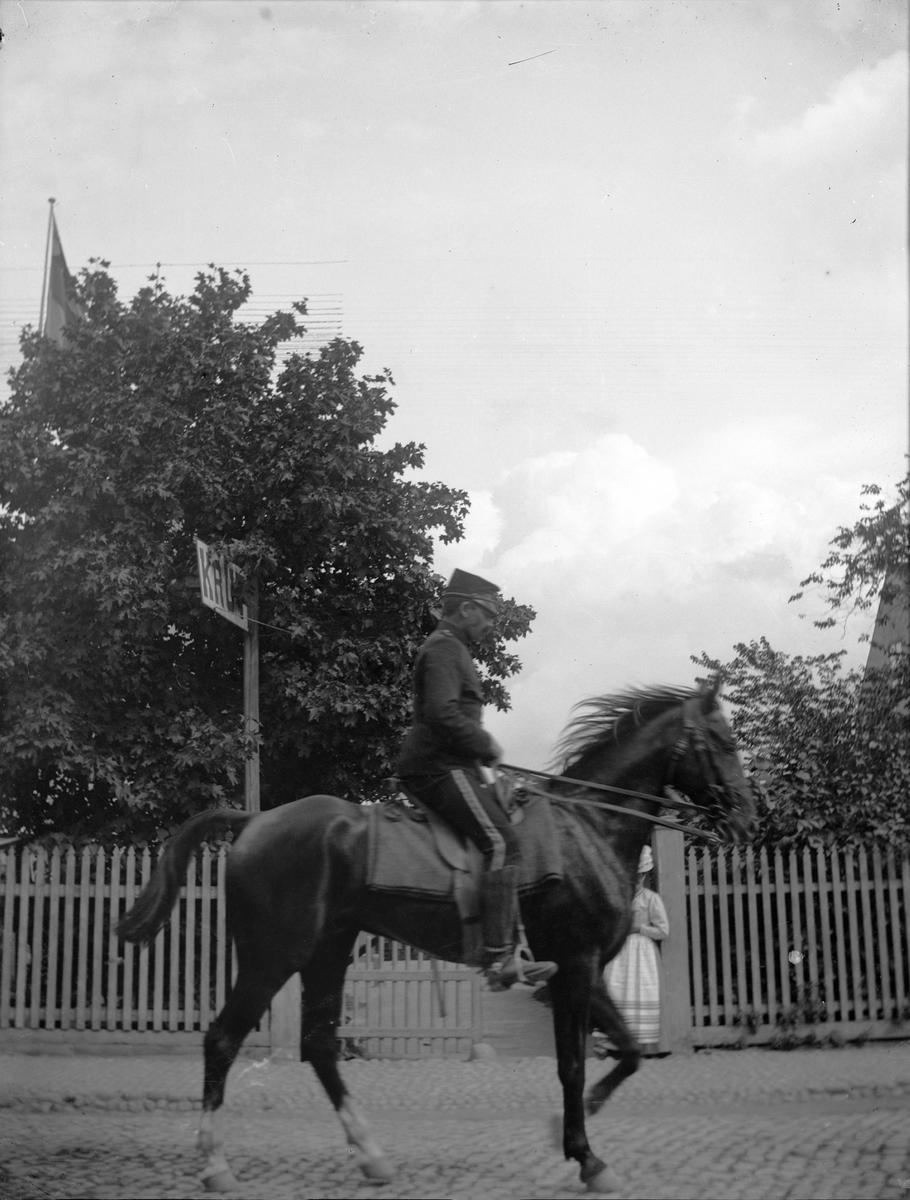 Andra Svea Artilleriregemente passerar Svartbäcksgatan 37, kvarteret Edda, Uppsala 1900 - 1901