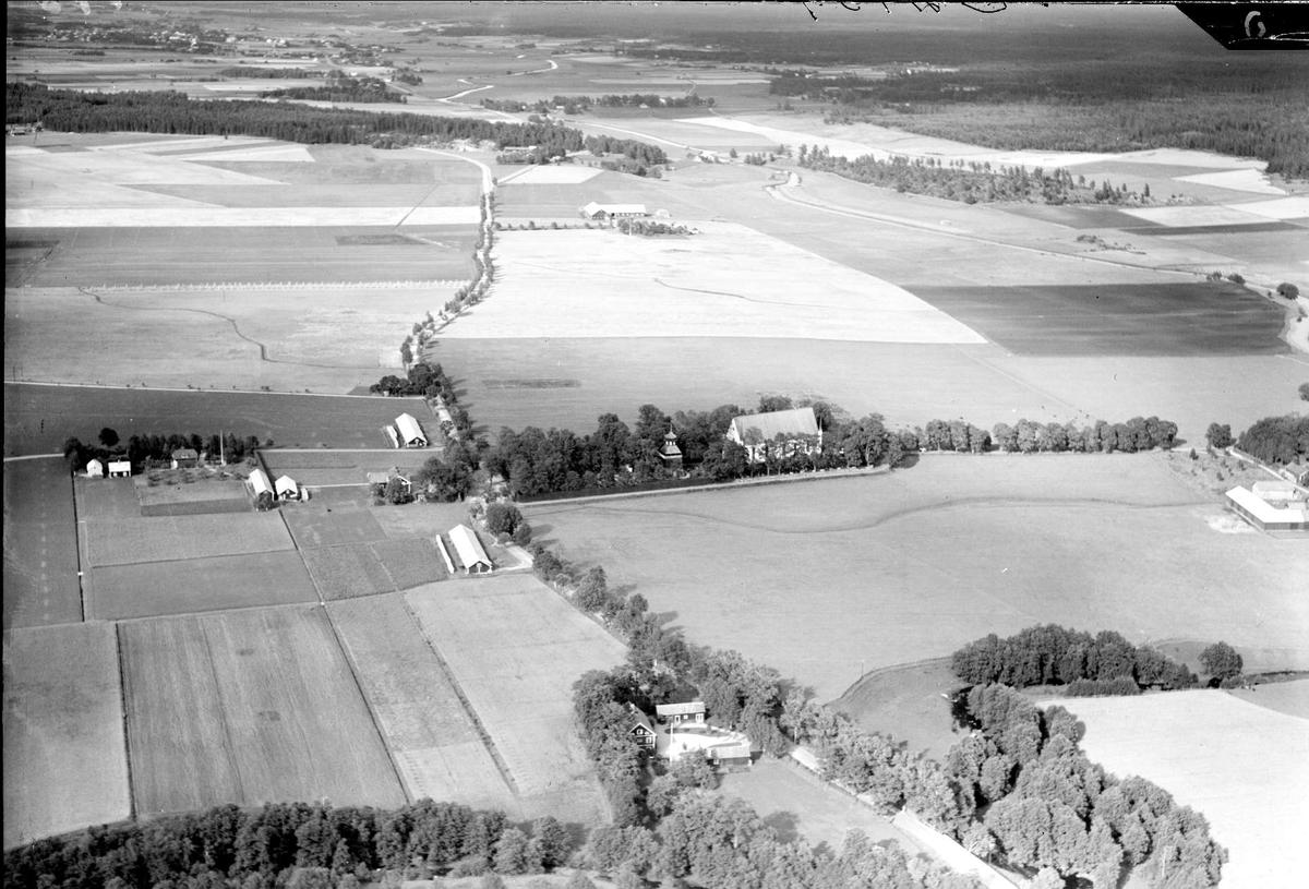 Flygfoto över Tierpsslätten med odlingslandskap och bebyggelse,Tierps socken, Uppland år 1936