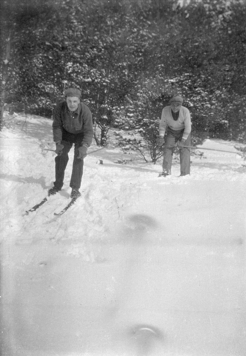 Gustav och Elis Sund i skidspåret, Ytterkvarn, Österunda socken, Uppland 1940 - 50-tal