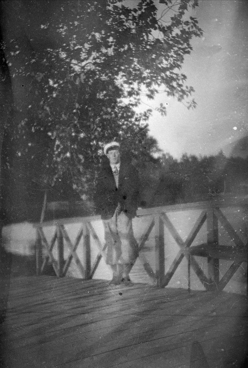 Man på träbro, sannolikt Sala socken, Västmanland 1940 - 50-tal
