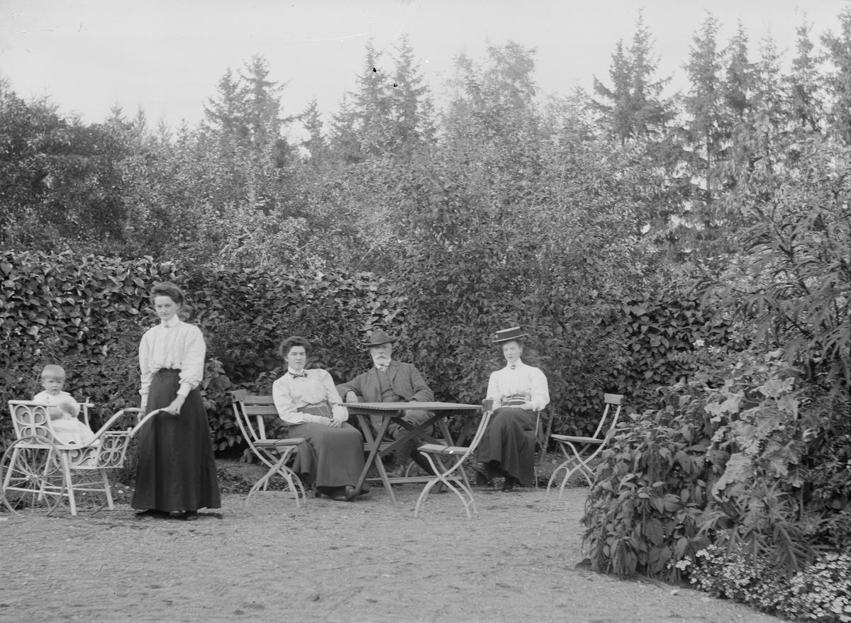 I bersån, ombudsman Carl Björks sommarställe, Vilan, Uppsala 1883