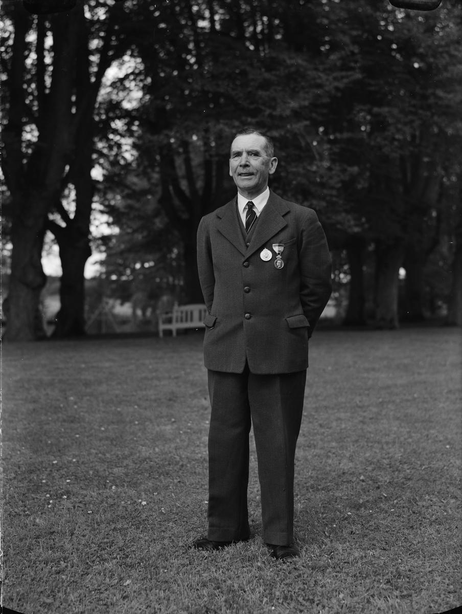 Medaljör i parken, Frötuna gård, Rasbo socken, Uppland 1948