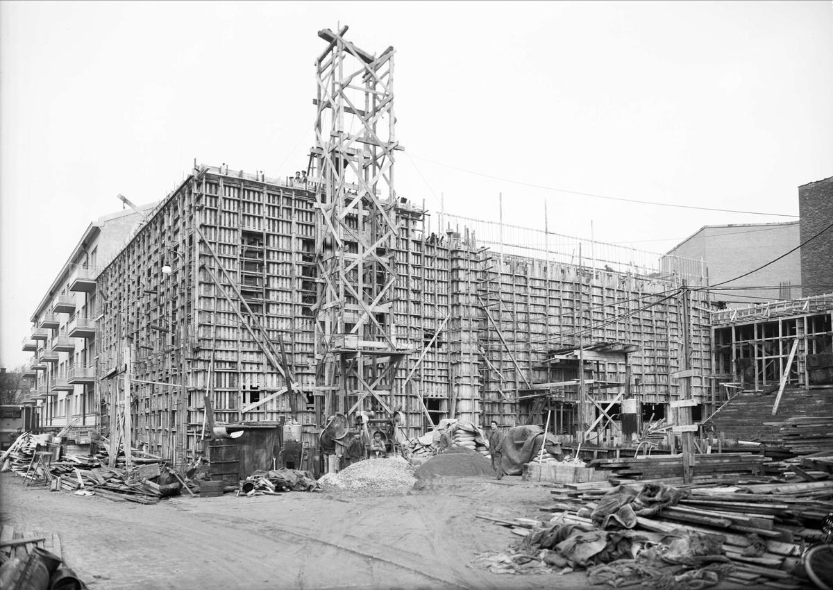 Uppsala stadsbibliotek och Centralbadets simhall under byggnation, Östra Ågatan, Uppsala november 1940