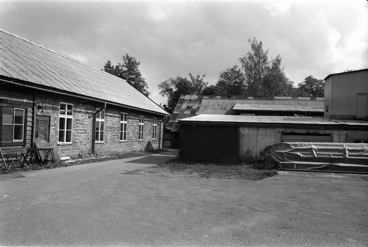 Vy från nordväst över mekanisk verkstad och lagerlokal, Vattholma bruk, Vattholma, Lena socken, Uppland 1978