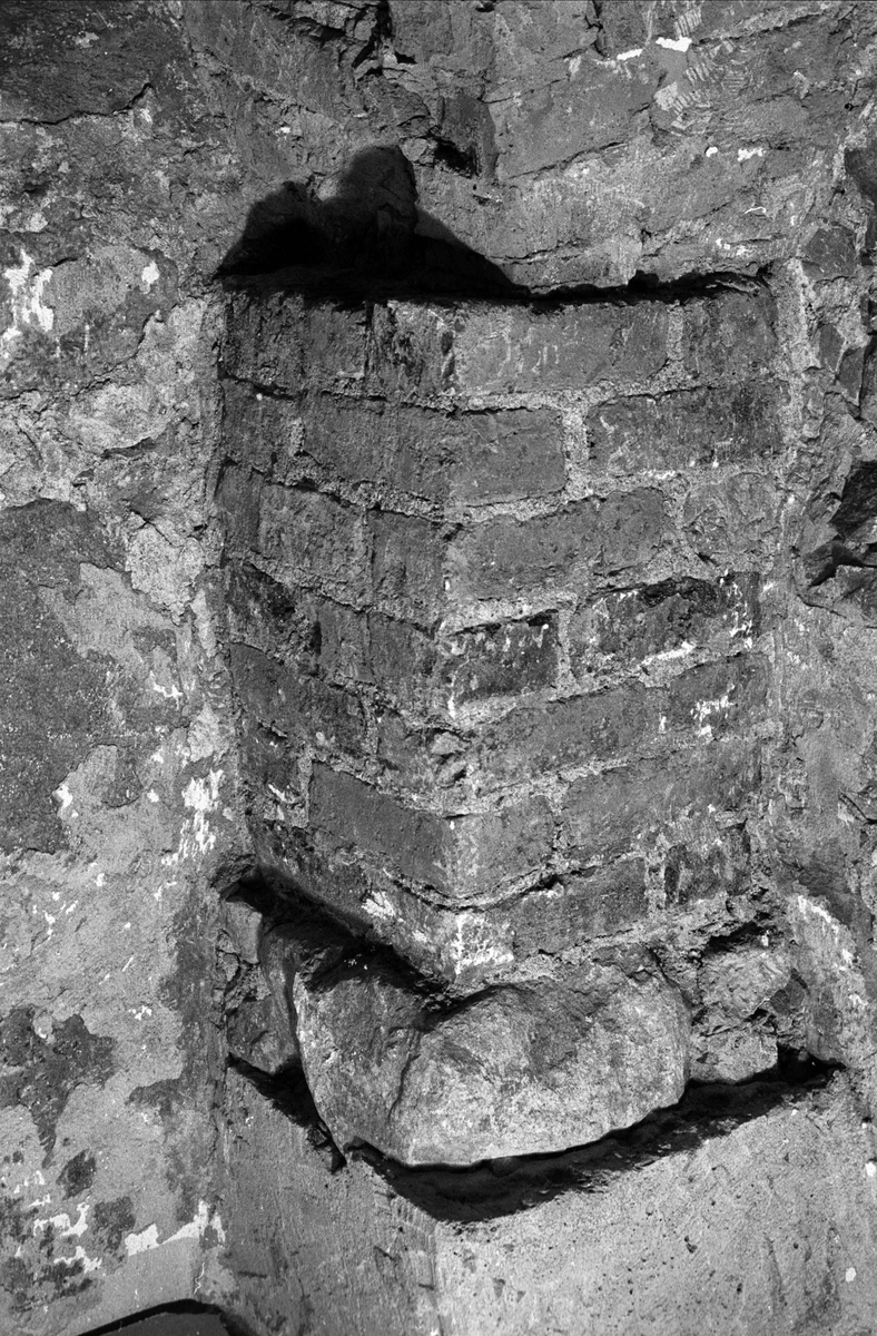 Nordvästra hörnpelaren i Biskopskökets källare på Biskops-Arnö, Övergrans socken, Uppland