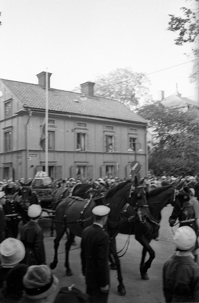 Dag Hammarskjölds begravning. Kortegen mellan Carolina Rediviva och kyrkogården, Uppsala 29 september 1961