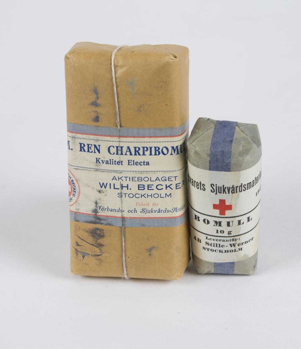 """Förpakning med bomull. Två olika förpakningar den ena med """"Bomull 10 g"""" den andra med """"kemisk ren Capribomull""""."""