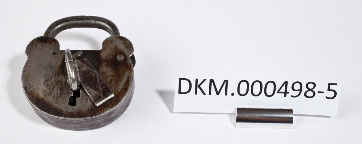 Hengelås med rundt låsehus som er innsvingt øverst, under bøylen. Låsen har tilhørende nøkkel og klaff til å dekke nøkkelhullet.