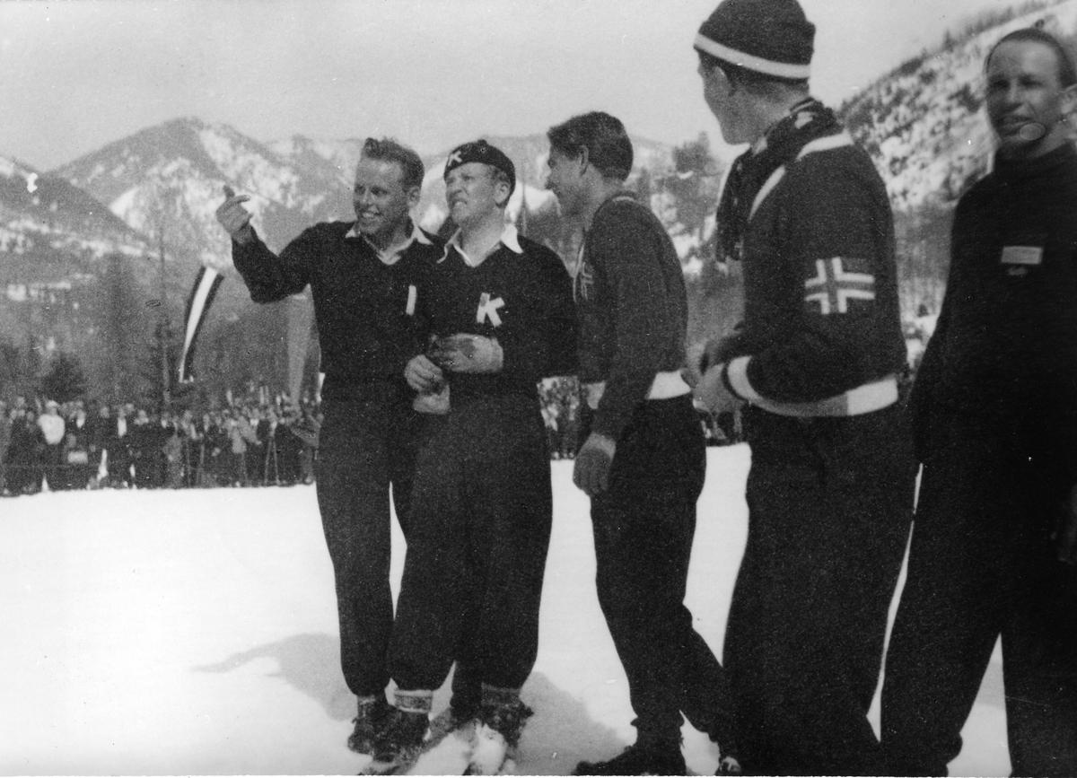 F.v.: Øivin Alstad, Birger Ruud, Sverre Lassen-Urdahl, Randmod Sørensen, Gregor Höll under renn i Østerrike. Birger Ruud and three Norwegian skiers during a jumping competition i Austria.