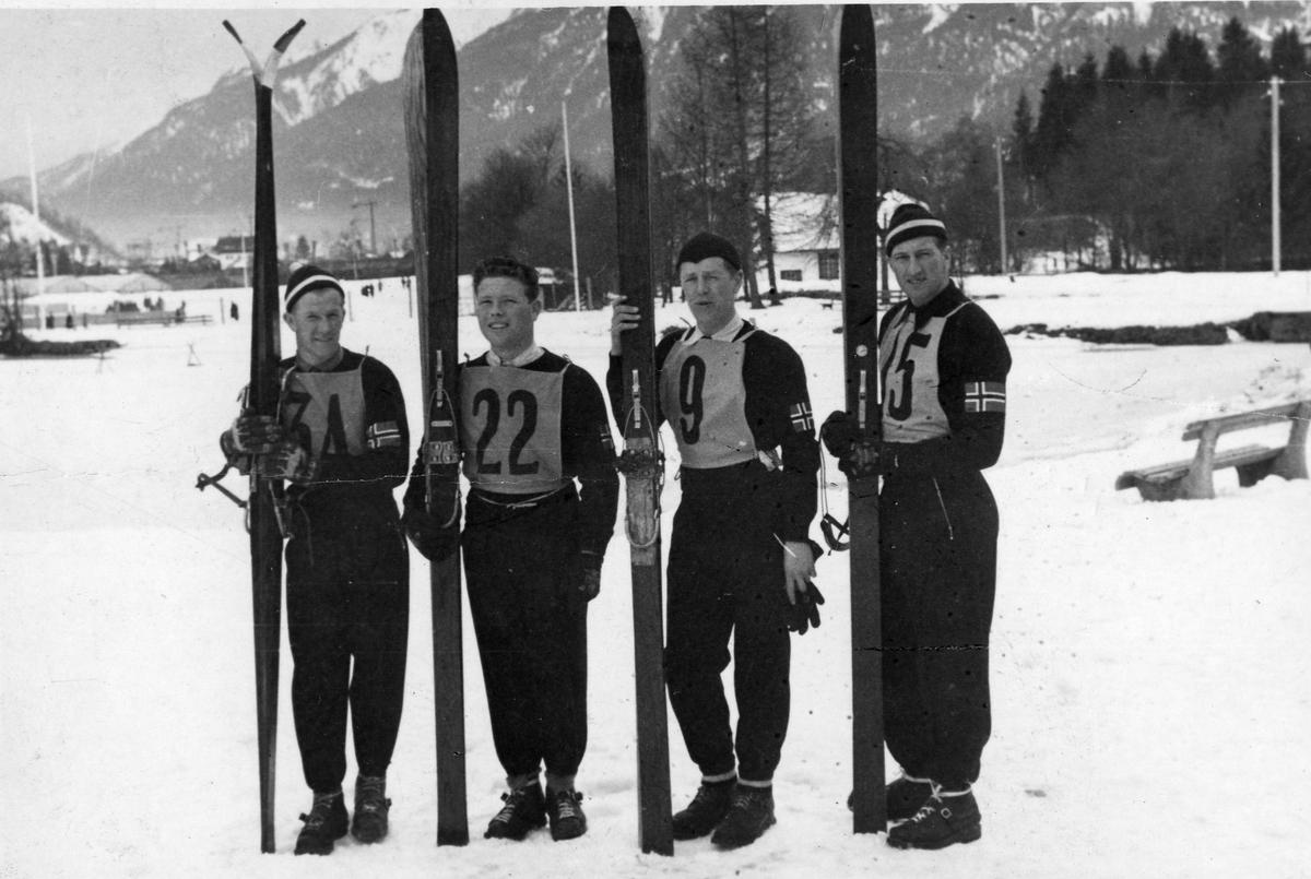 Det norske firemannslaget foran det spesielle hopprennet i OL 1936. The Norwegian team before the special jumping competition in Olypic Winter Games in 1936.