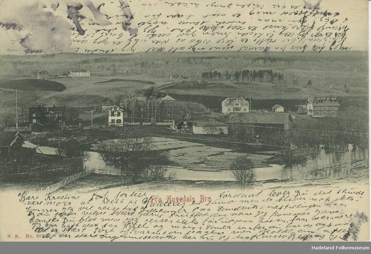 Brandbu sentrum, Augedals bro. Vigga, Hotel Augedalsbro midt i bildet, gamle Folkets Hus i forgrunnen og Dæhlen gård i bakgrunnen.