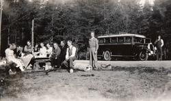 Konsmoungdom på busstur i Setesdalen. Bussen kan være en Dodge, årsmodell 1933-35.