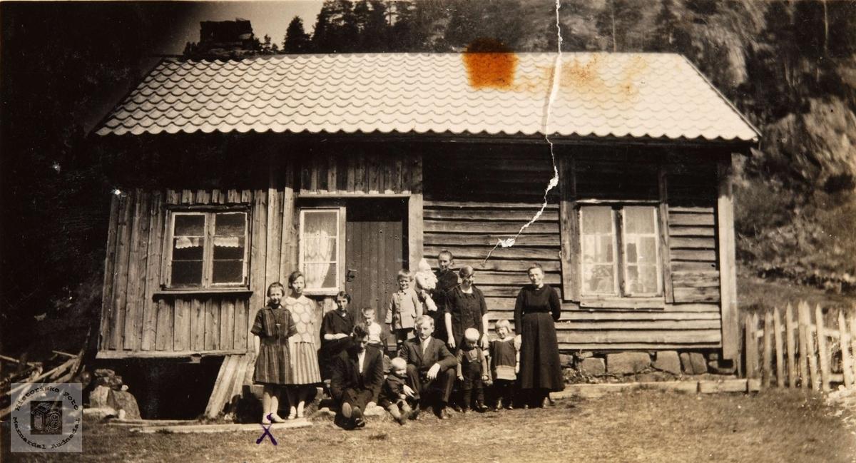 "Familiesamling ""Under bakken"", Sagebakken på Konsmo."