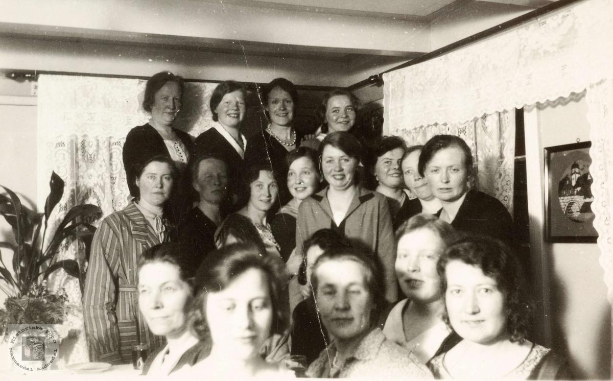 Unge koner i stova på Ubostad i Grindheim.