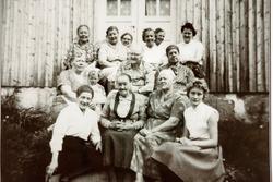 """I selskap """"Der veste"""" på Sveindal i Grindheim med damer i alle aldre. Audnedal."""