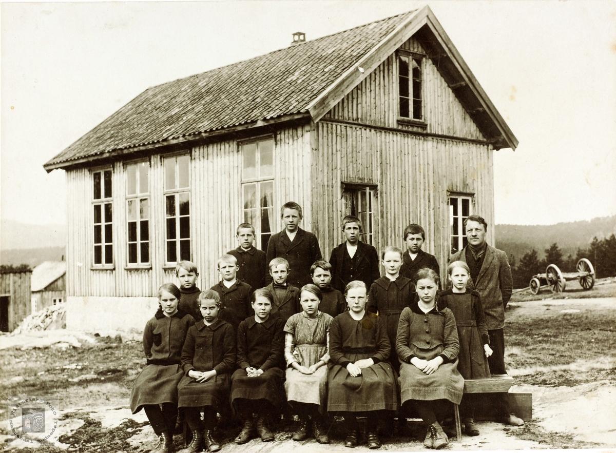 Skoleelever utenfor Sveindal skolehus, Grindheim senere Audnedal.