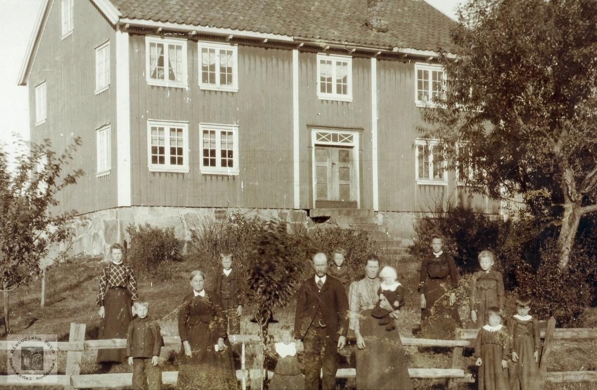 Familiesamling på Bakkan, Øvre Ågedal i Grindheim senere Audnedal.