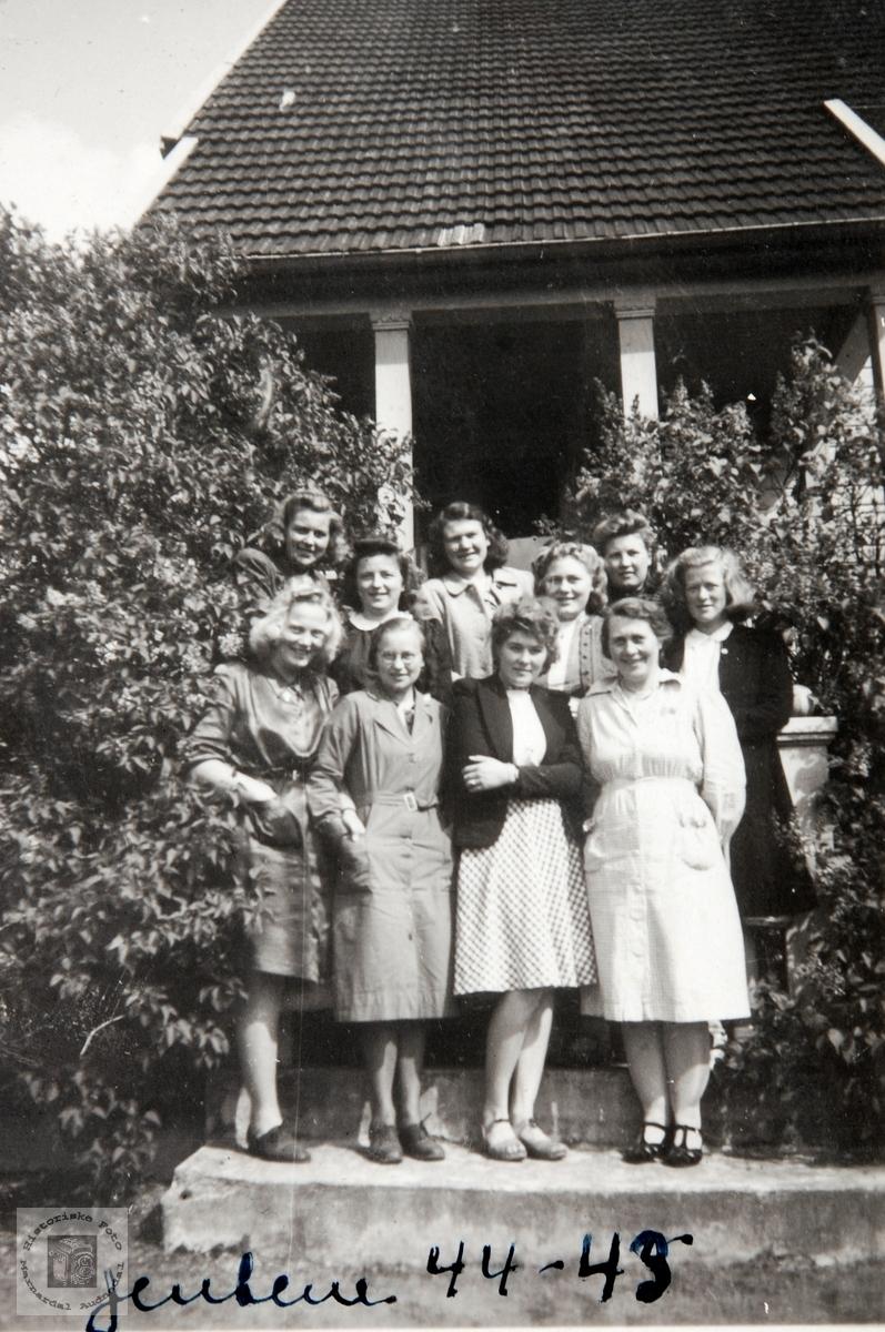 Jentene på Ågedal Realskole 1944/1945. Bjelland senere Audnedal.