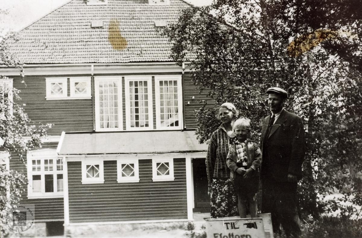 Familien Myhra utenfor Flottorp turistheim. Grindheim Audnedal.