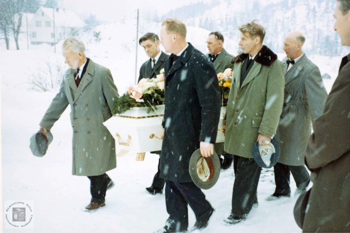 """Båra til Tomine Seland blir båren ut fra heimen """"Der auste"""" på Seland. Audnedal."""