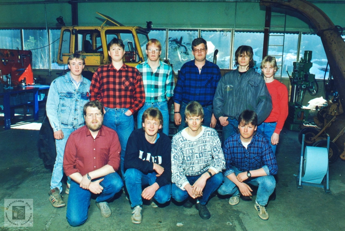 De første utdanna landbruksmekanikerne med lærer på Byremo videregående skole.