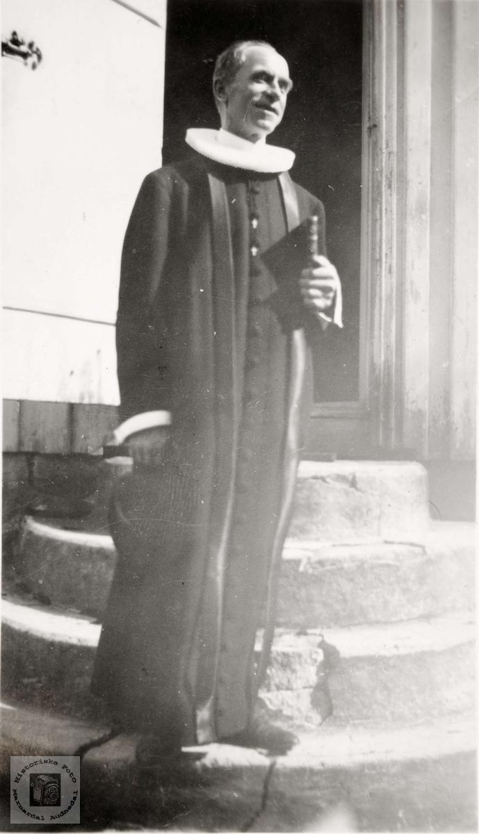 Portrett av sogneprest Knud Tjomsland ved Grindheim kirke. Audnedal.