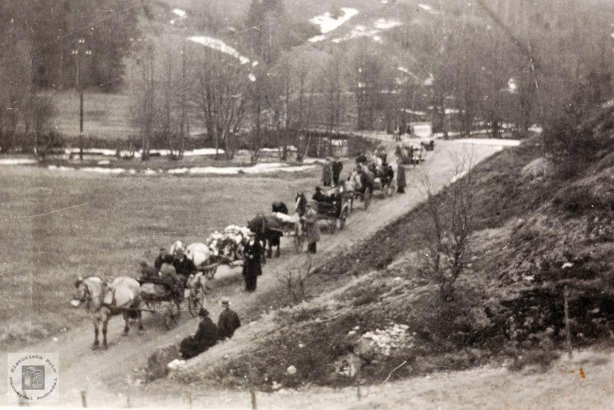 Begravelsesfølge på veg til kirken. Grindheim Audnedal.