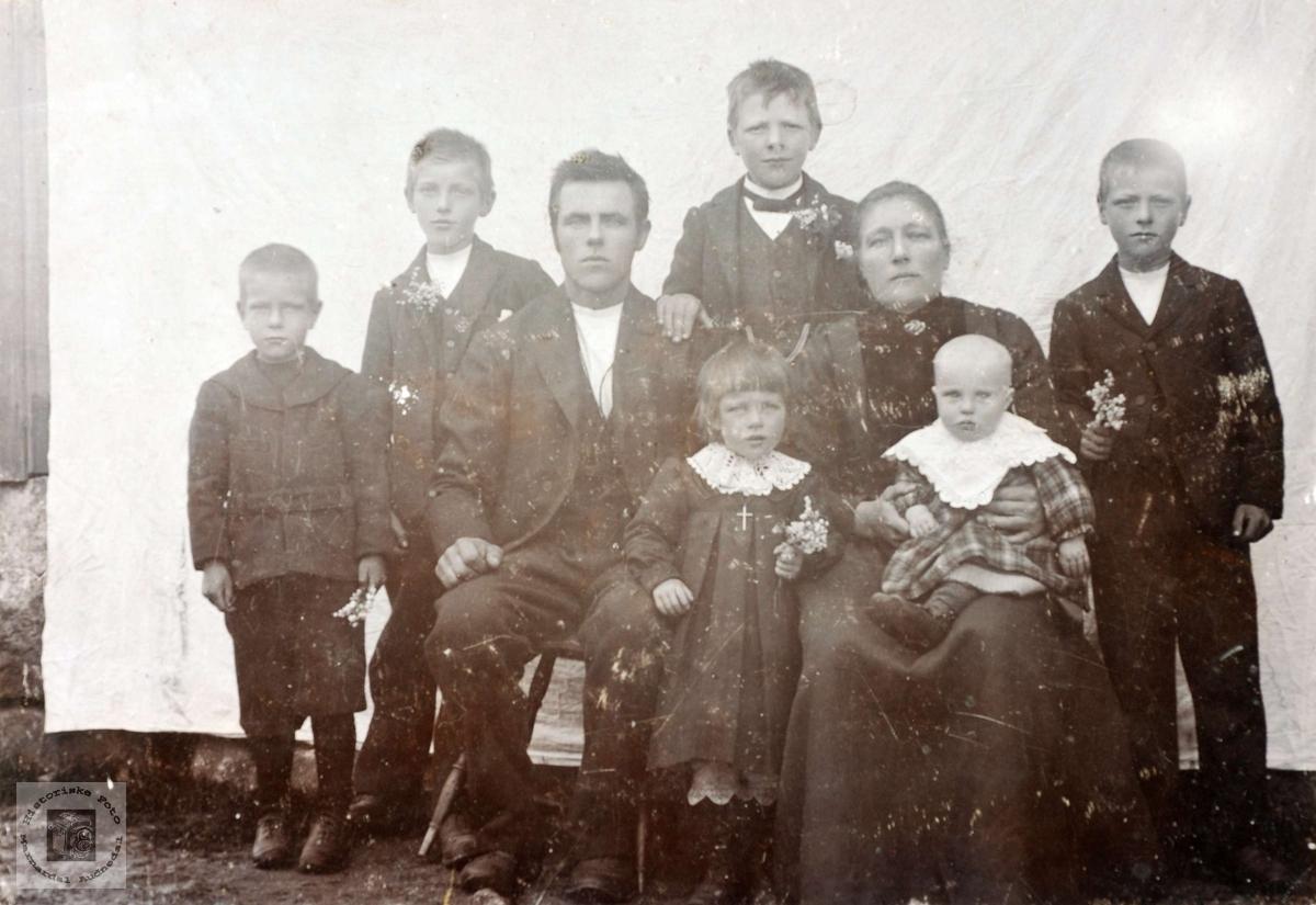 Familieportrett av familien Øydna. Grindheim Audnedal.