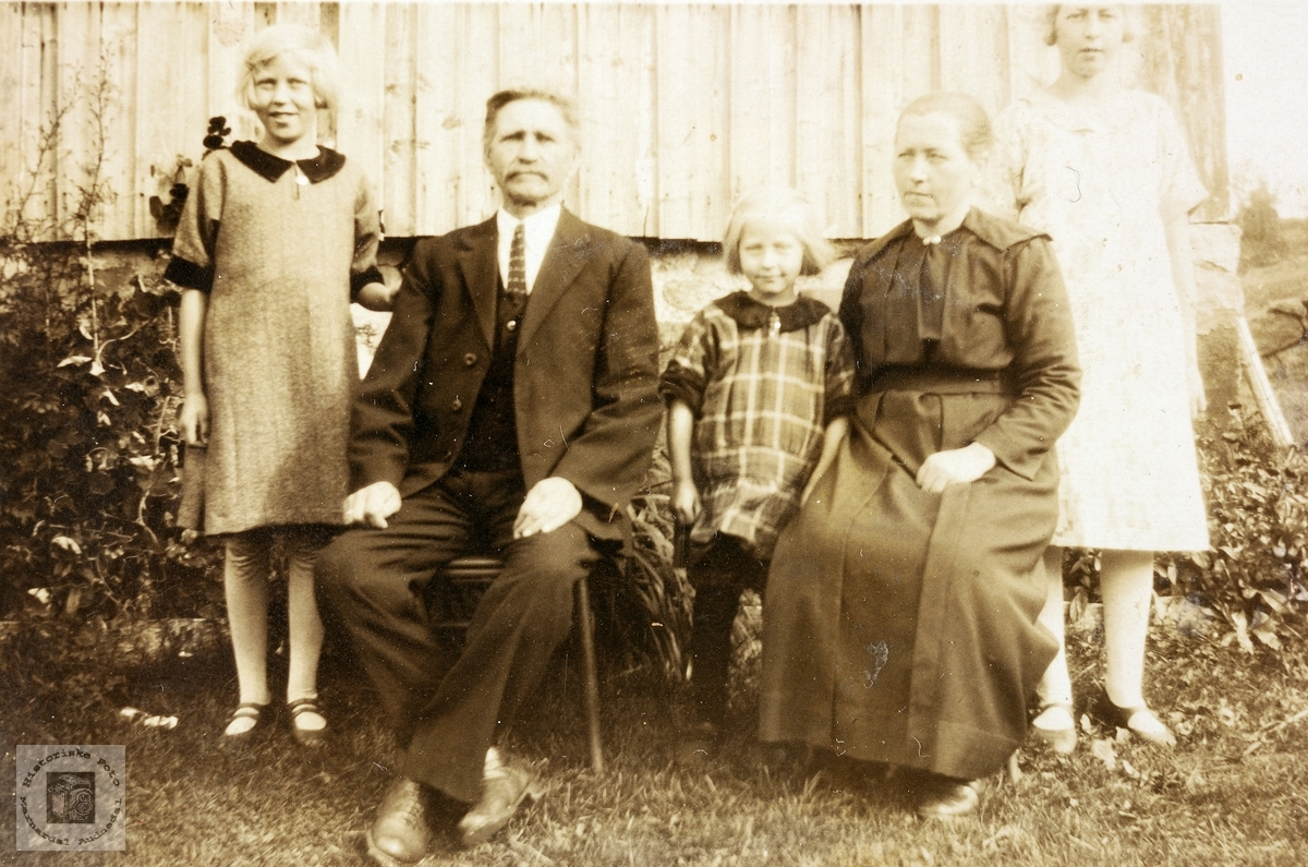Far og mor Laudal med tre døtre. Vigmostad.