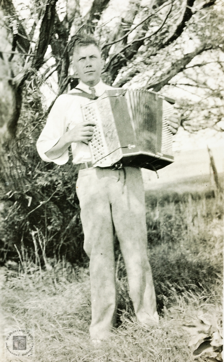 Portrett av Simon byremo med trekkspill. Grindheim USA.
