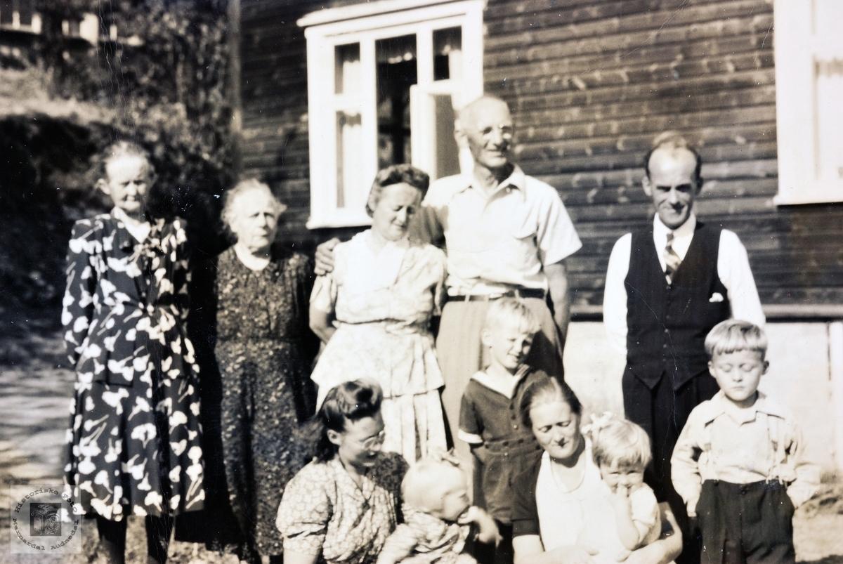 Amerikabesøk og flere generasjoner samla på Butveit. Grindheim.